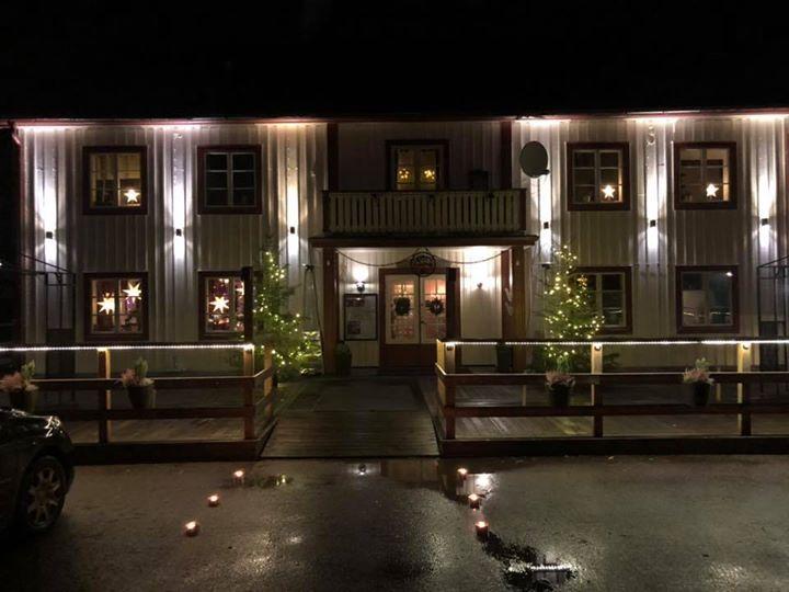 Nu har julen kommit till Gästis! Vi inviger helgen med julbord och jul show…